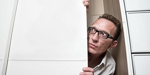 мужчина в шкафу