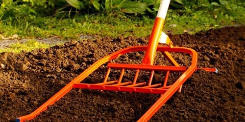 обрабатывать почву