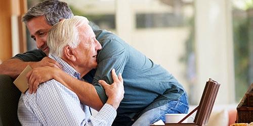 обнимать старика