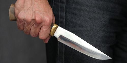 орудовать ножом
