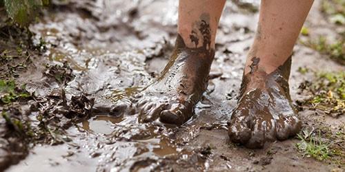 к чему снится ходить по грязи и земле босиком