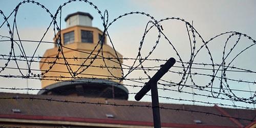 к чему снится что знакомого хотят посадить в тюрьму