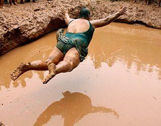 Купаться в грязи