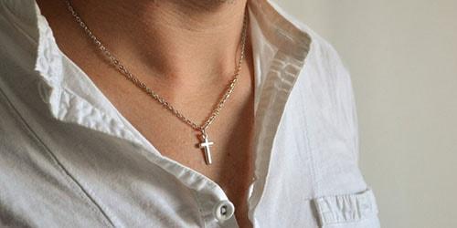 крестик на шее