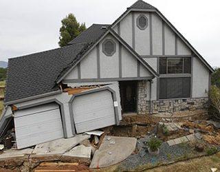 Провалился дом