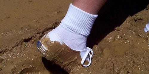 испачкать обувь