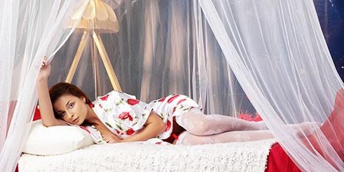 лежать на кровати