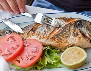 Угощают рыбой