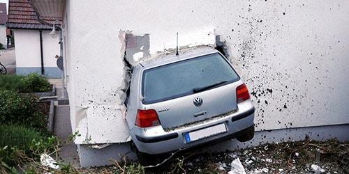 к чему снится врезаться в стену на машине