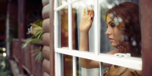 смотреть в окно