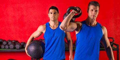 парни в спортзале