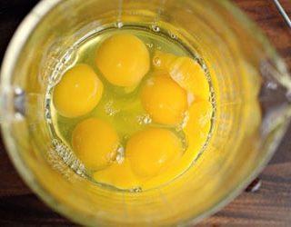 Пить сырые яйца