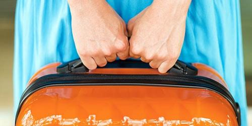 нести чемодан