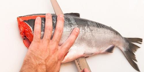 резать рыбу