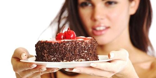 к чему снится угощать тортом