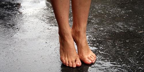 ходить босиком под дождем во сне