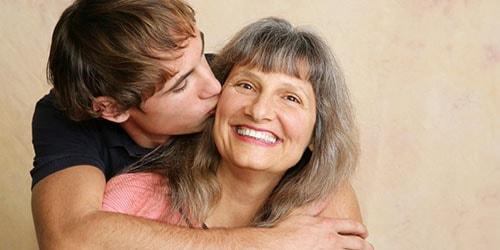 к чему снится целовать покойную мать
