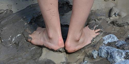 ходить босиком по грязи