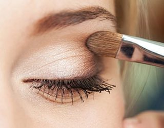Красить глаза