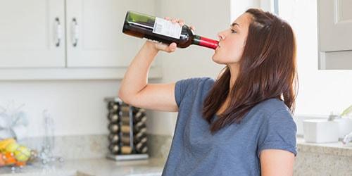пить алкоголь из бутылки
