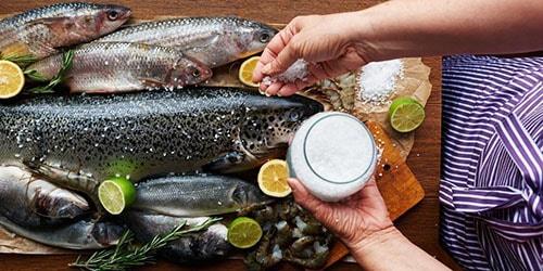 солить рыбу