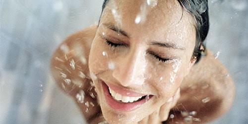 мыться в душе