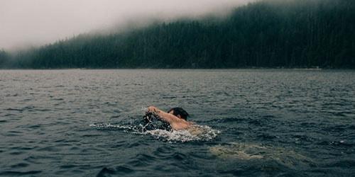 переплывать реку
