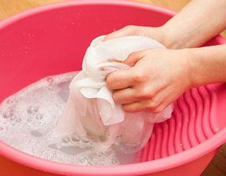Стирать белье руками
