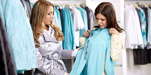 примерять одежду