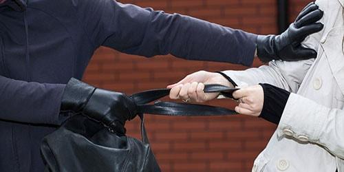 вырвать из рук сумку