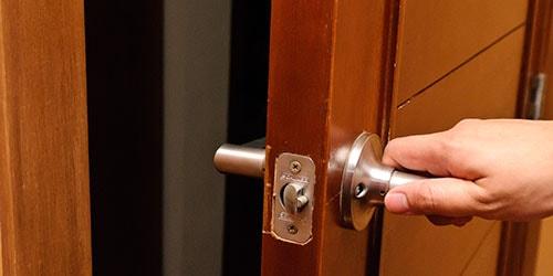 к чему снится закрывать входную дверь