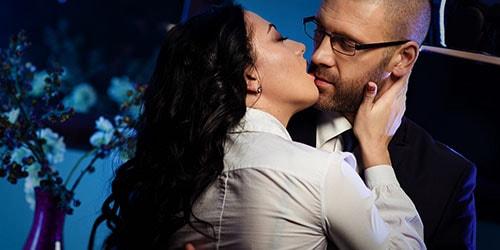 к чему снится целоваться с начальником в губы