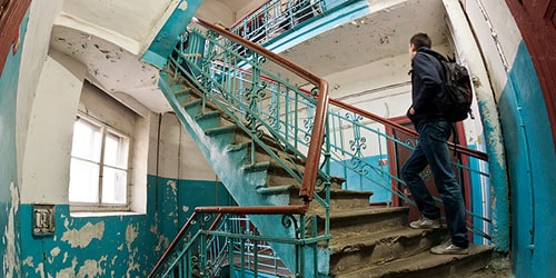 к чему снится подниматься вверх по лестнице в подъезде