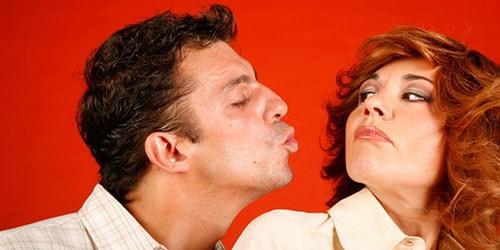 пытаться поцеловать
