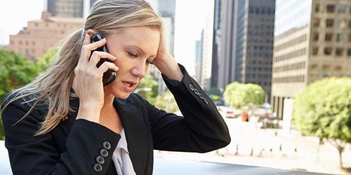 разговаривать по телефону