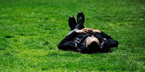 лежать на газоне