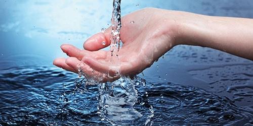 льется вода