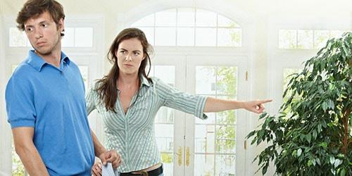 выгонять мужа из дома