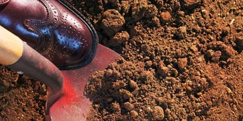 копать лопатой