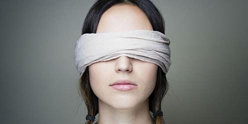 завязать глаза