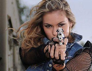 Стрелять в человека