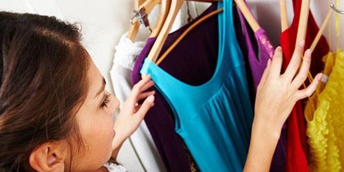 выбирать одежду в шкафу во сне