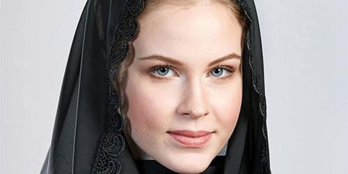 девушка в черном одеянии