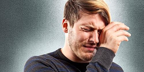 мужчина плачет во сне