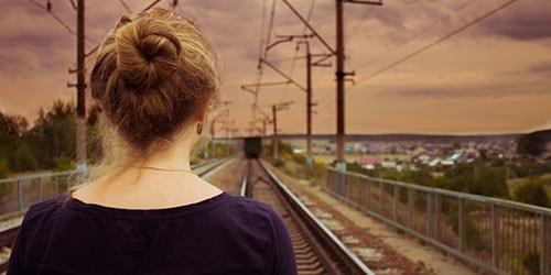 девушка смотрит в даль