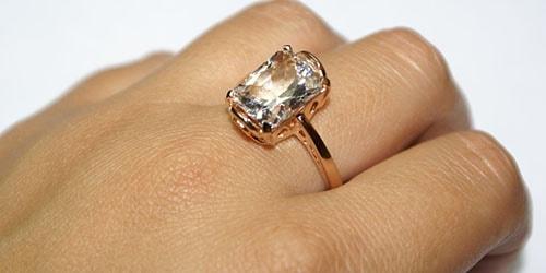 кольцо на пальце