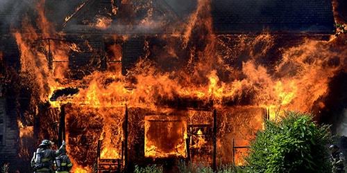 горящая постройка