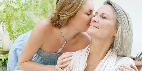 целовать маму