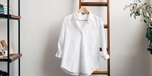 рубашка на вешалке