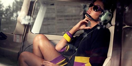 девушка в кабине вертолета